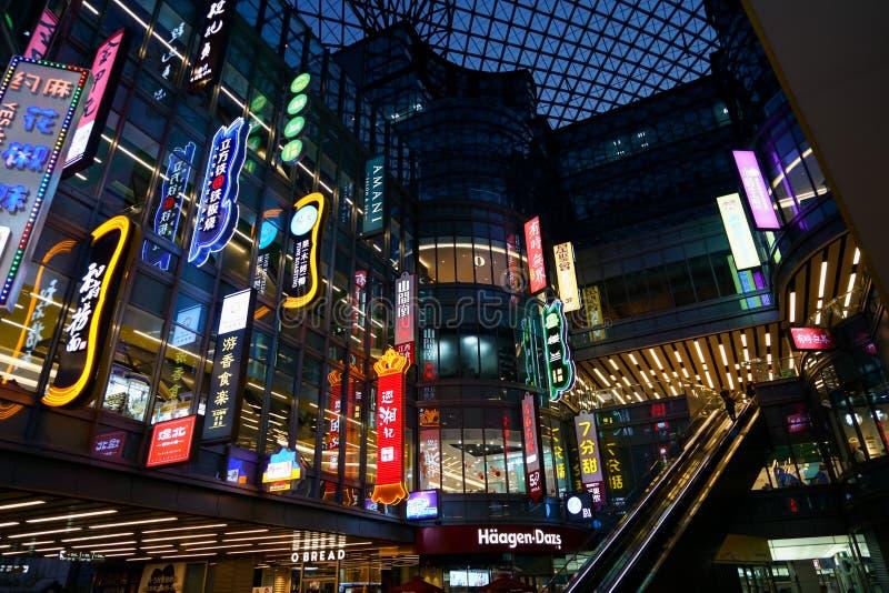 上海中国, 2018年4月:餐馆广告牌颜色和氖照明设备在Caobao商城与纹理玻璃屋顶 免版税库存照片