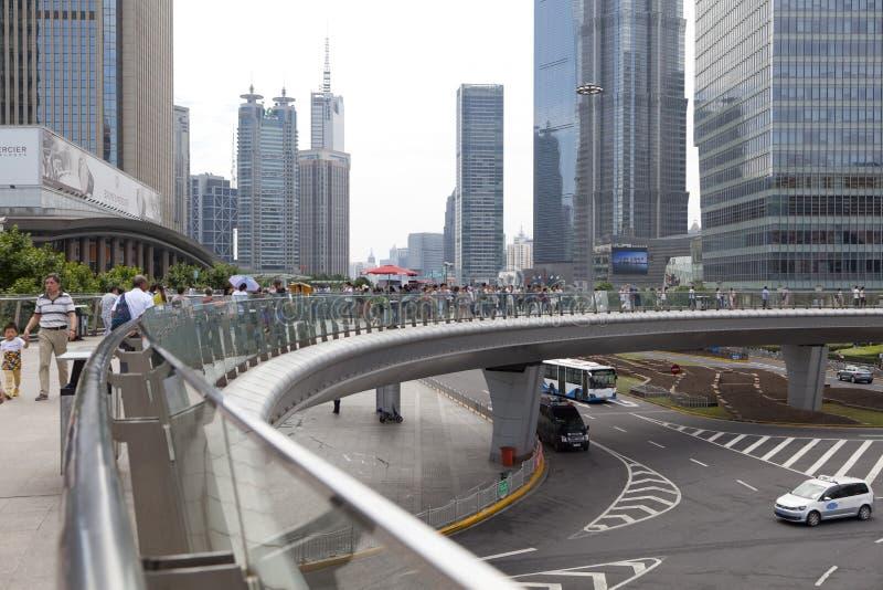 上海在陆家嘴财政区的摩天大楼风景在一多云天在上海,中国 库存图片