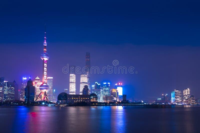 上海地平线现代城市摩天大楼在与reflec的晚上 库存照片