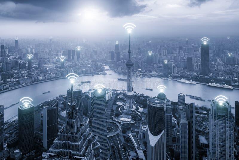 上海地平线鸟瞰图与Wifi网络连接的 免版税库存照片
