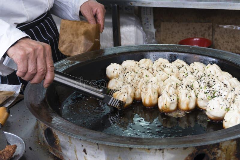 上海平底锅油煎的猪肉饺子 免版税库存照片