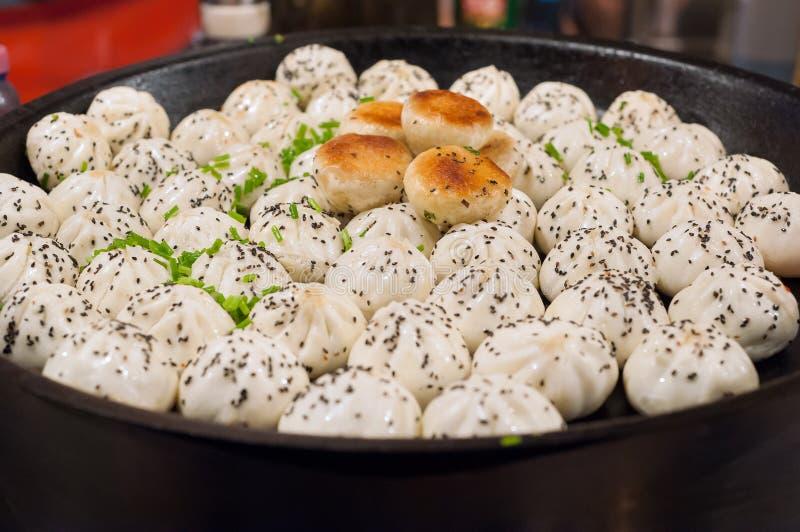 上海式泛油煎的猪肉小圆面包,上海,中国 库存图片
