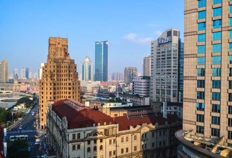 上海现代建筑学有摩天大楼、堤防、河和桥梁的 库存照片