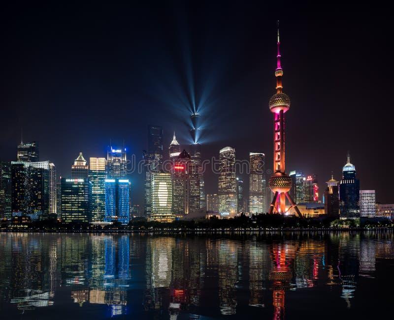 上海的地平线在与人为反射的晚上 免版税图库摄影