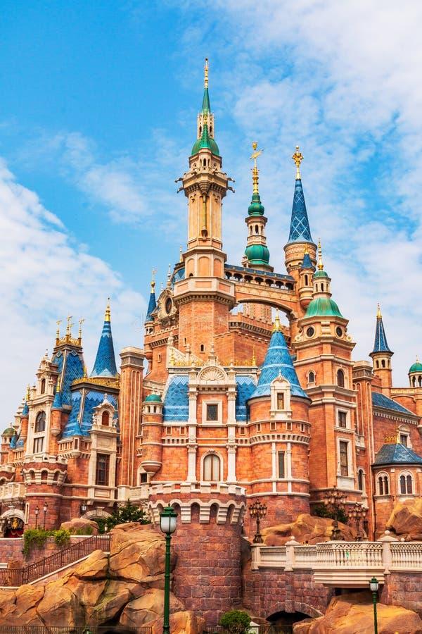 上海迪斯尼乐园是一个著名游人和普遍的家庭假日目的地在中国 库存照片
