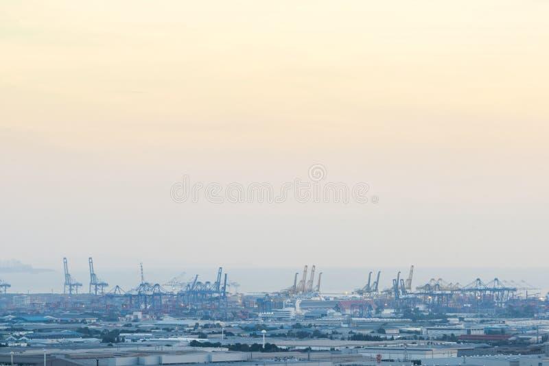 上海黄昏的,一集装箱码头最大的货物口岸在世界上 免版税库存图片
