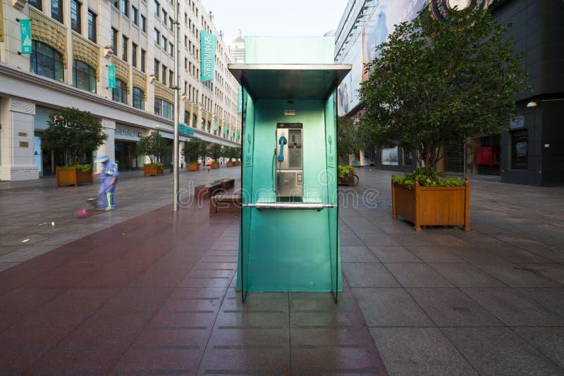 上海,中国- 08 12 2016年:绿色电话亭也叫电话亭,电话亭,打电话报警电话盒,电话亭或 免版税图库摄影