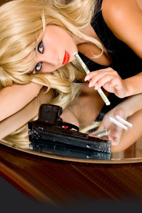 上瘾者使女孩纵向服麻醉剂 库存图片