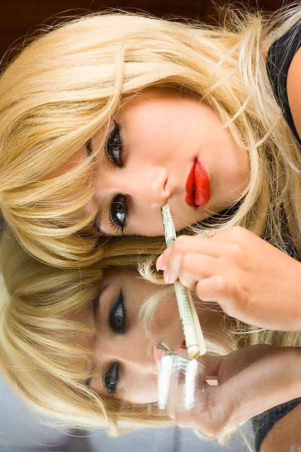 上瘾者使女孩镜子纵向服麻醉剂 图库摄影