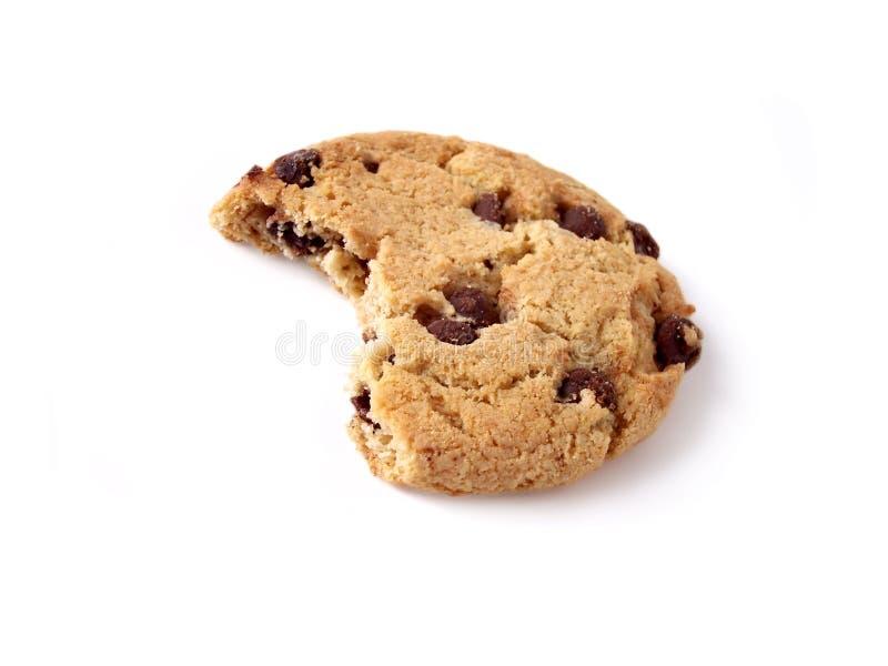 上的叮咬筹码巧克力曲奇饼包括的路径 免版税图库摄影
