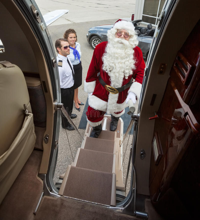 上私人喷气式飞机的圣诞老人画象 库存照片