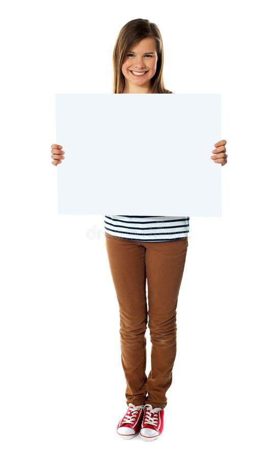 上空的女孩藏品微笑的白色 图库摄影