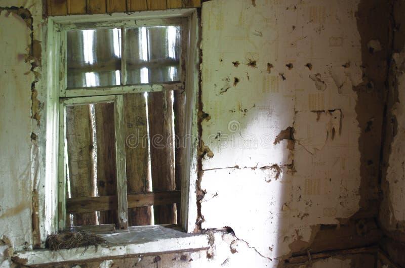 上窗口在一个被放弃的老房子里 免版税库存图片