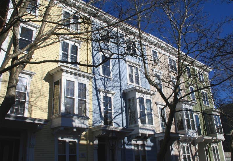 上色不同的连栋房屋 免版税图库摄影