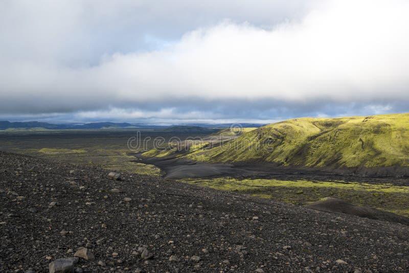上色与山的沙漠风景在途中对拉基火山火山口,冰岛 库存照片
