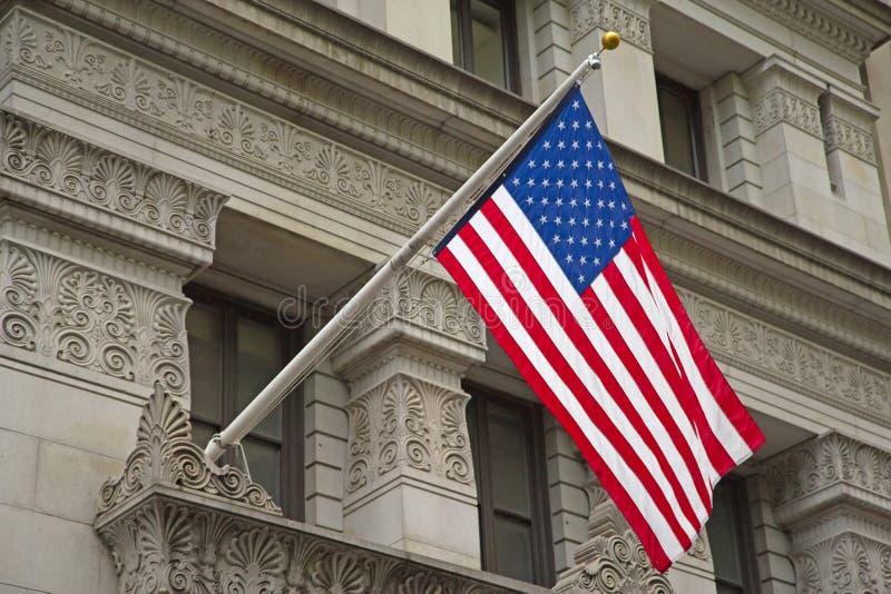 垂悬在历史建筑的美国国旗。 库存照片