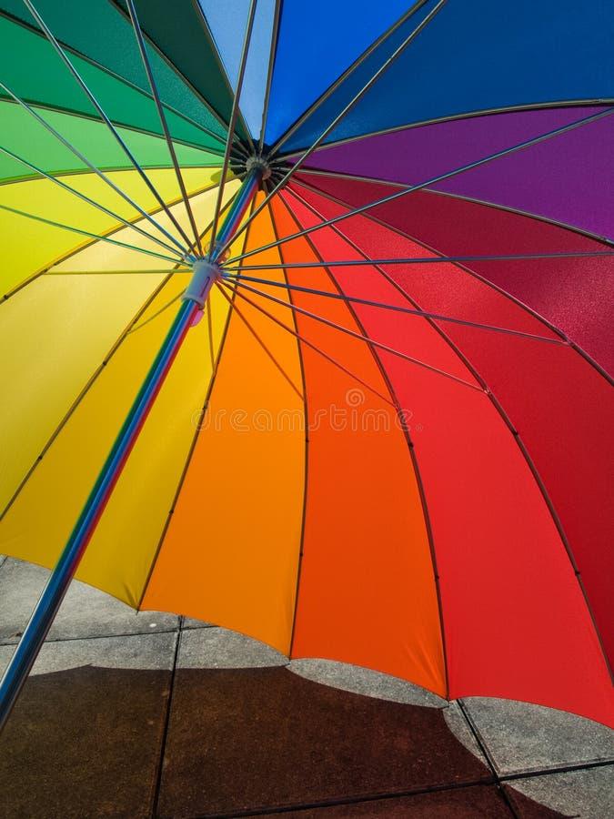 上色彩虹伞 免版税库存照片