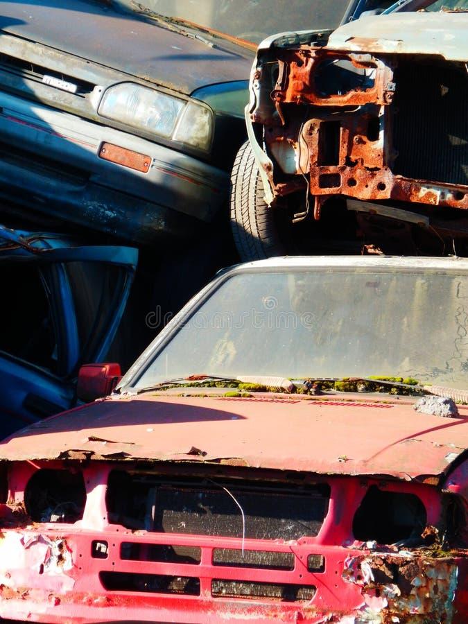 上色汽车scrapyard细节摄影与汽车残骸的 库存照片