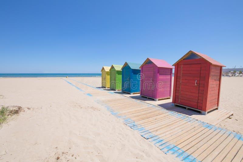 上色沐浴客舱在海滩在Castellon Grao  免版税库存照片