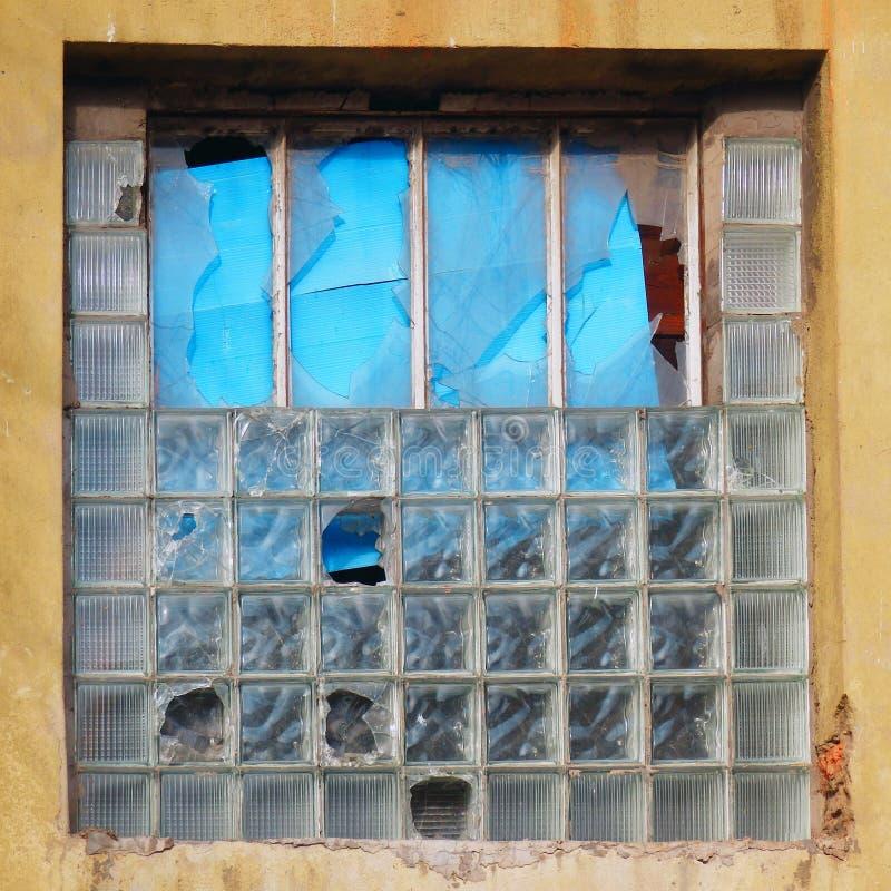 上色老废墟细节摄影与残破的窗口的 库存照片