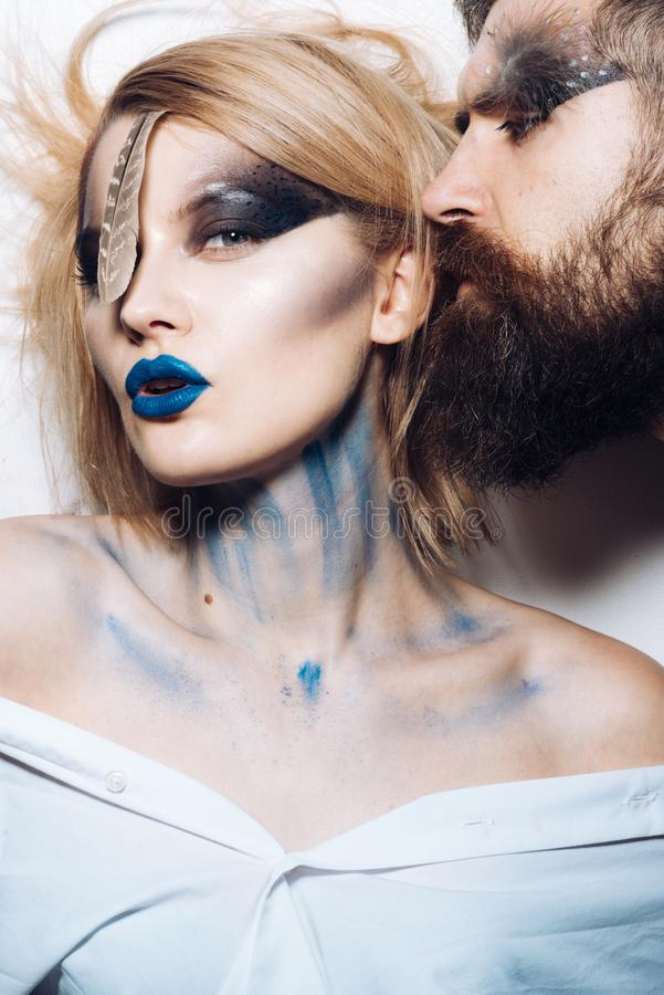 上色节日 肉欲的妇女和有胡子的人绘与颜色构成和人体艺术 在为颜色称呼的爱的夫妇 免版税库存照片