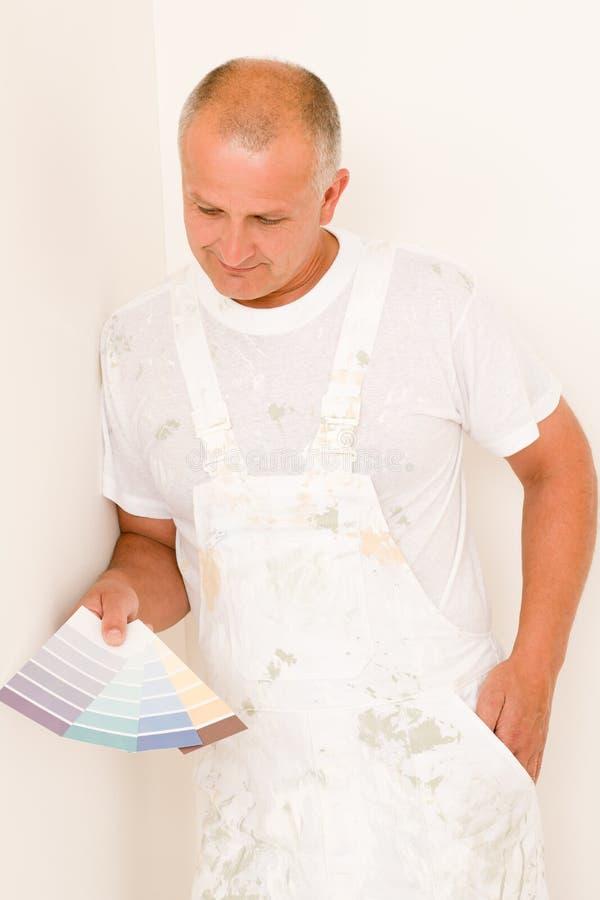 上色装饰家庭男性成熟画家样片 图库摄影