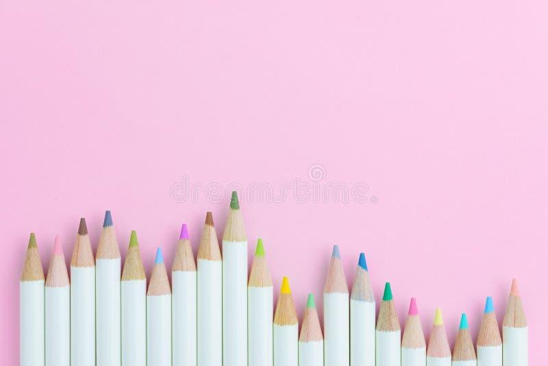 上色设备的孩子,淡色在桃红色纸书写 库存图片