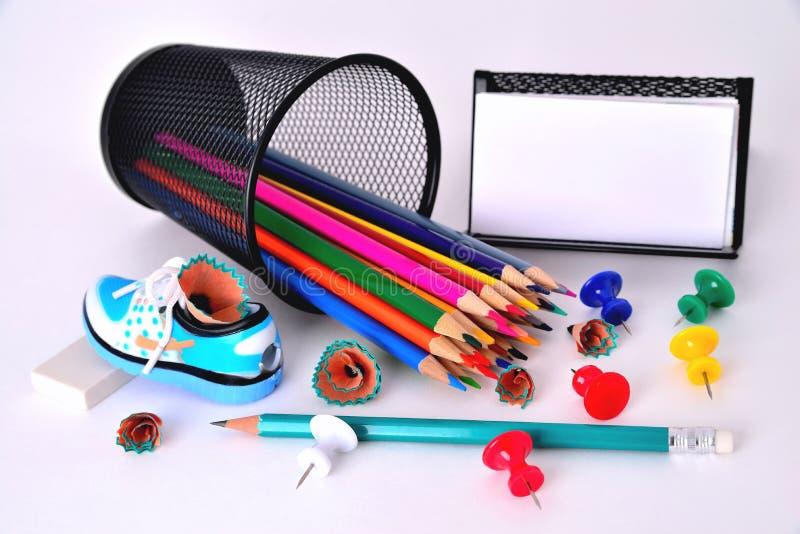 上色铅笔,铅笔刀,名片持有人,橡皮擦  免版税库存照片