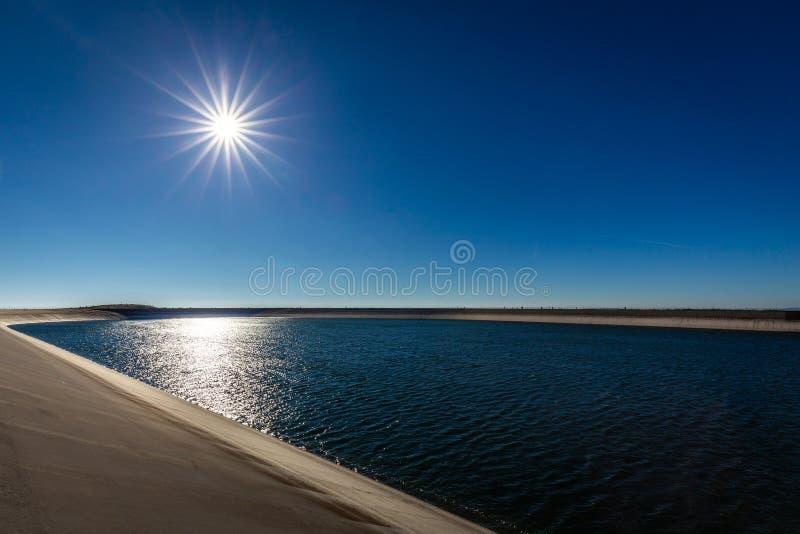 上部水reservoire与深蓝天空和太阳的Dlouhe Strane的照片 免版税库存照片