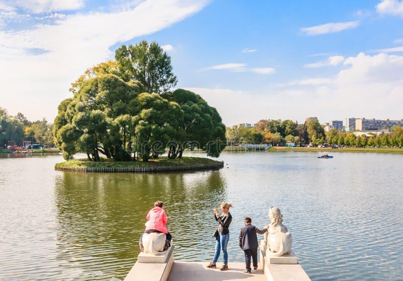 上部池塘的圆的海岛在公园Tsaritsyno 免版税库存图片