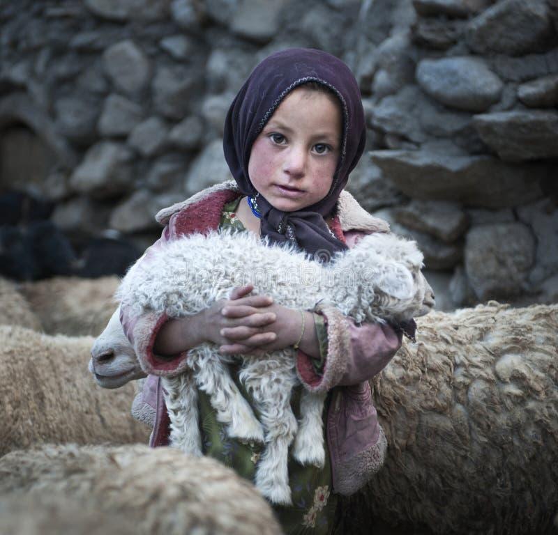 从上部Shimshal村庄的可怜的女孩 库存图片