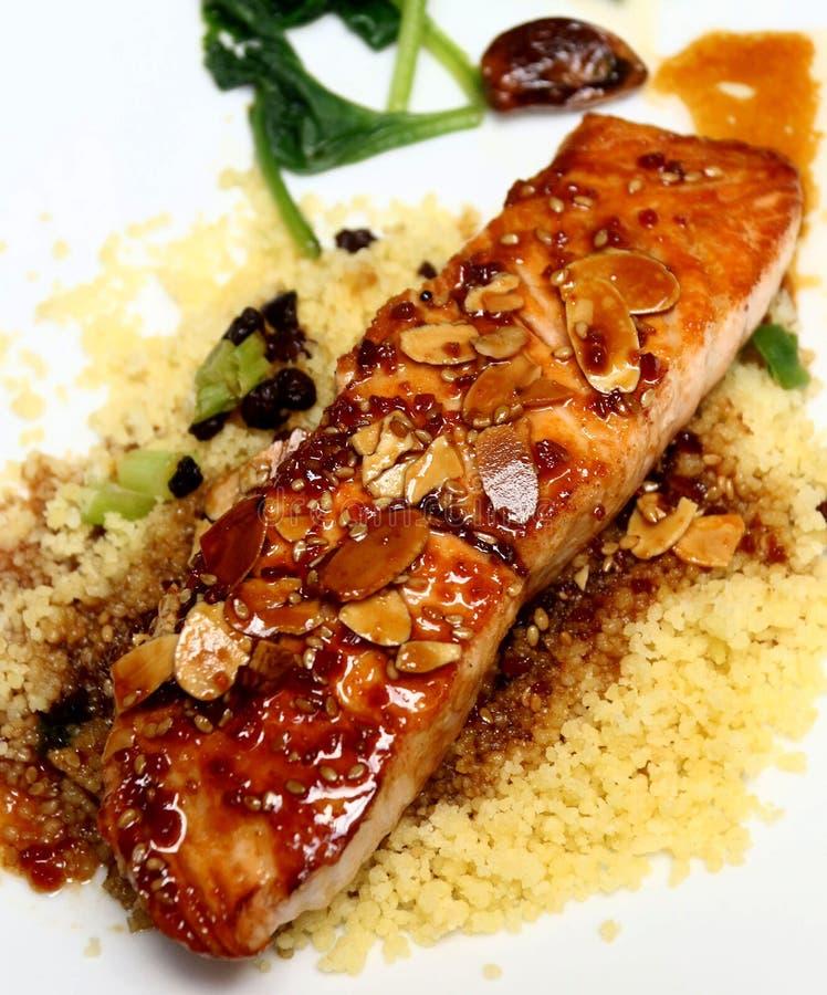 给上釉的三文鱼用在蒸丸子的切的杏仁 库存照片