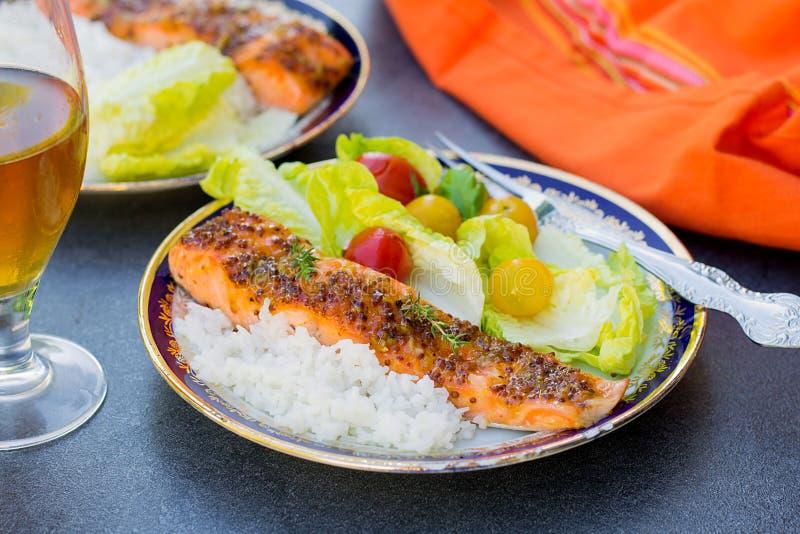 给上釉的三文鱼用杏子果酱和芥末 免版税图库摄影
