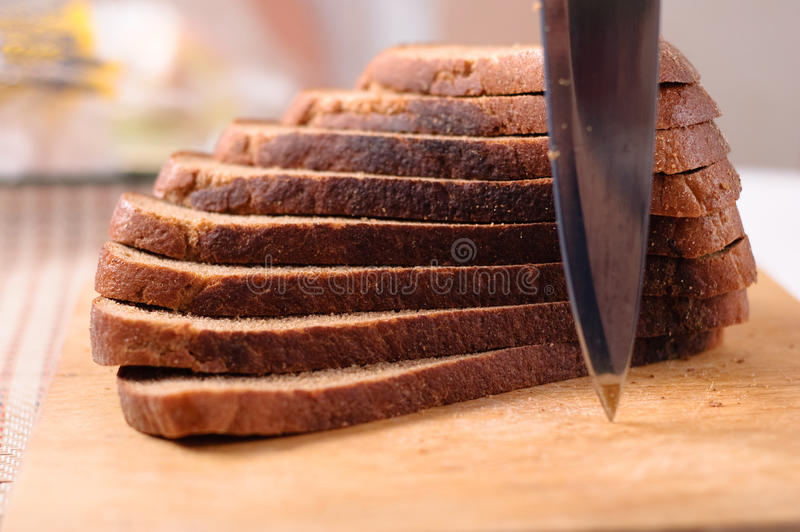 上面包切刀被切的木 图库摄影