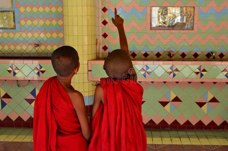 上面寺庙的两名儿童修士实皆小山曼德勒缅甸(缅甸) 免版税库存图片