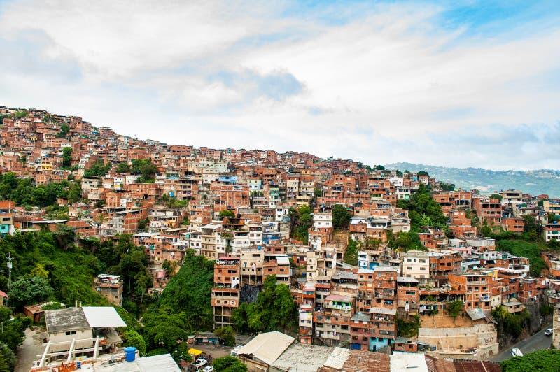 上面棚户区和贫民窟看法关闭与白天在有人的南美城市 库存图片