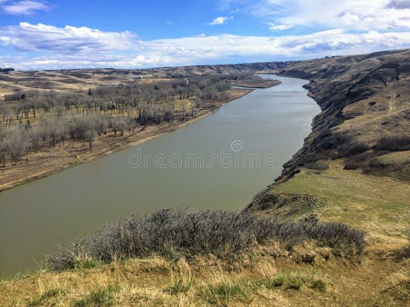 上面看法老蛮河切口通过莱思布里奇,阿尔伯塔,加拿大谷和平原  免版税库存照片