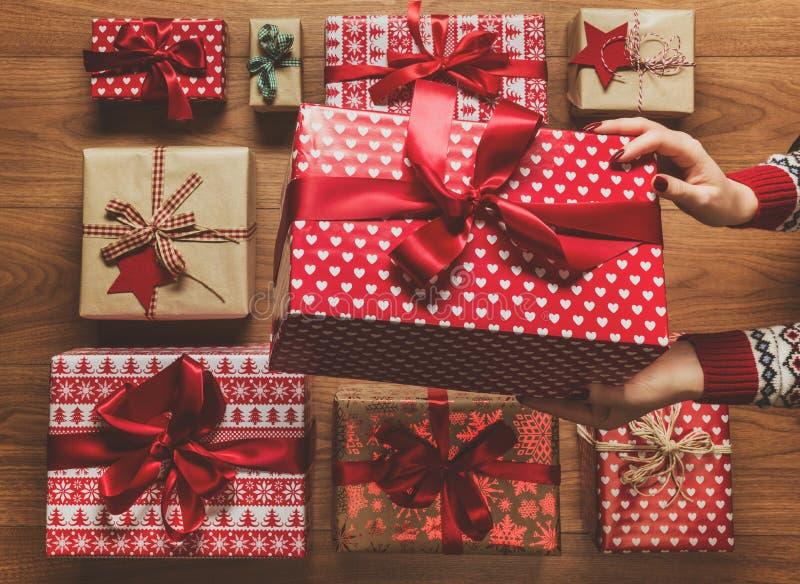 组织从上面美妙地被包裹的葡萄酒圣诞节礼物,与阴霾,看法的图象的妇女 库存图片