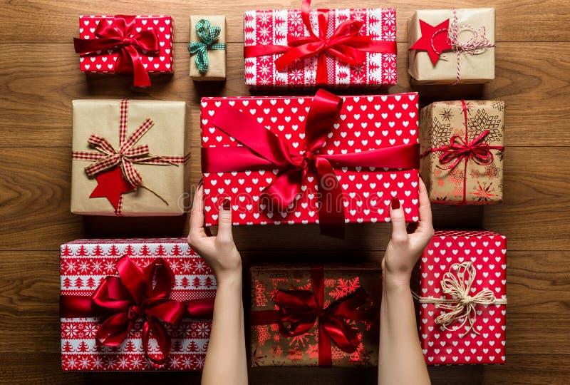 组织从上面美妙地被包裹的葡萄酒圣诞节礼物,看法的妇女 免版税库存图片