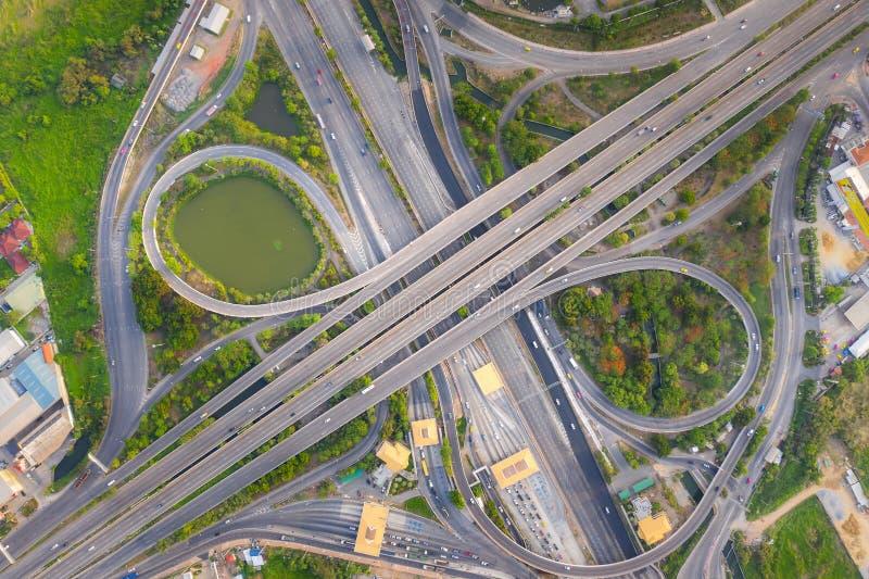 上面鸟瞰图繁忙的高速公路公路交叉点天 相交的高速公路路天桥东部外面环行路  免版税图库摄影