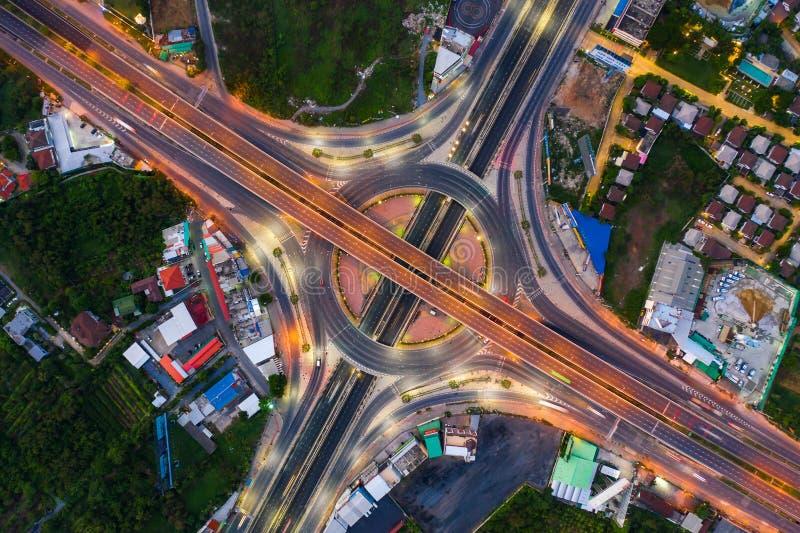 上面鸟瞰图繁忙的高速公路公路交叉点天 相交的高速公路路天桥东部外面环行路  库存照片
