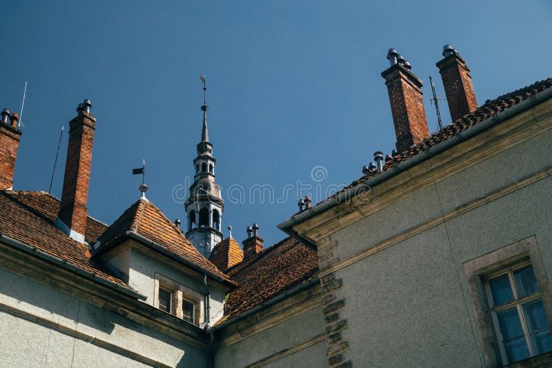 上面,舍恩博恩或顺博恩狩猎的屋顶宫殿,在喀尔巴阡山脉的Beregvar城堡,反对天空蔚蓝的乌克兰 库存照片