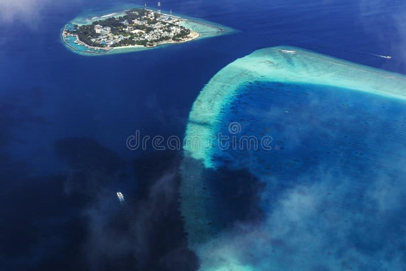 从水上飞机的鸟瞰图在环礁 库存图片