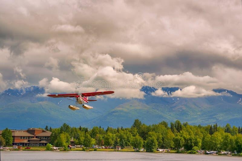水上飞机飞行在湖敞篷在安克雷奇阿拉斯加 图库摄影