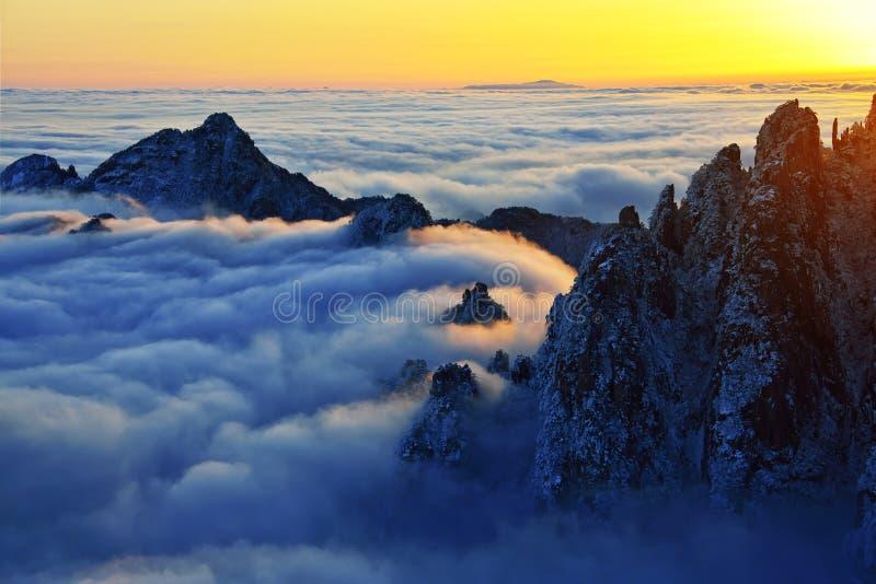 登上黄山日出在冬天 库存图片