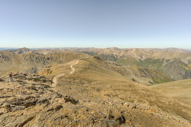 登上Belford视图、大学峰顶原野、派克和圣是 库存照片