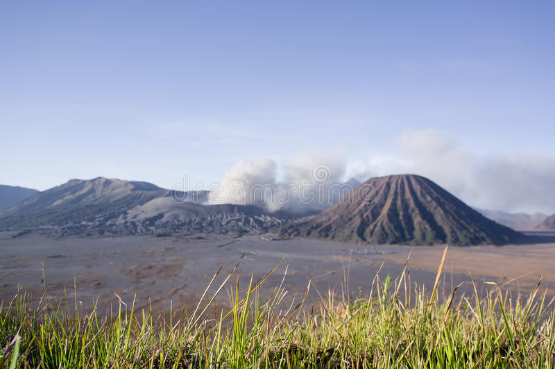 登上Bromo在Bromo腾格尔塞梅鲁火山国家公园,东爪哇省的爆发在日出光的 库存照片