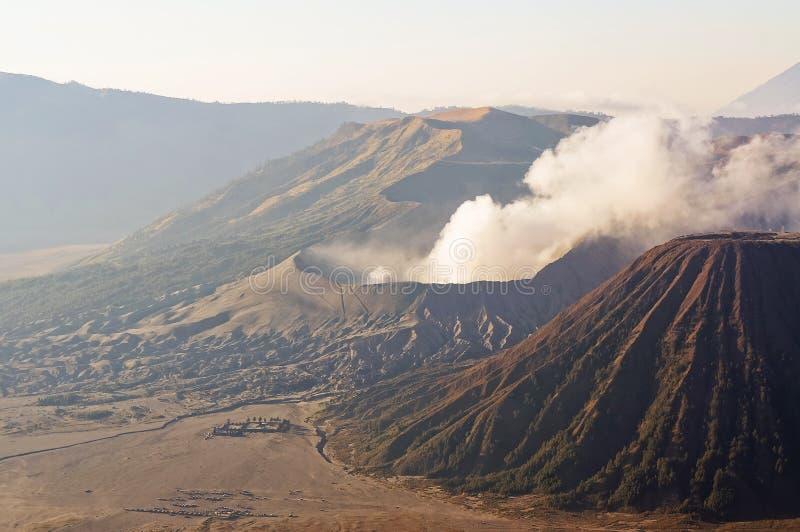 登上Bromo在Bromo腾格尔塞梅鲁火山国家公园,东爪哇省的爆发在日出光的 免版税库存图片