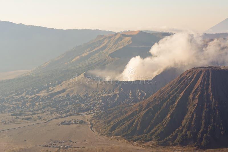 登上Bromo在Bromo腾格尔塞梅鲁火山国家公园,东爪哇省,印度尼西亚的爆发在日出光的 库存图片
