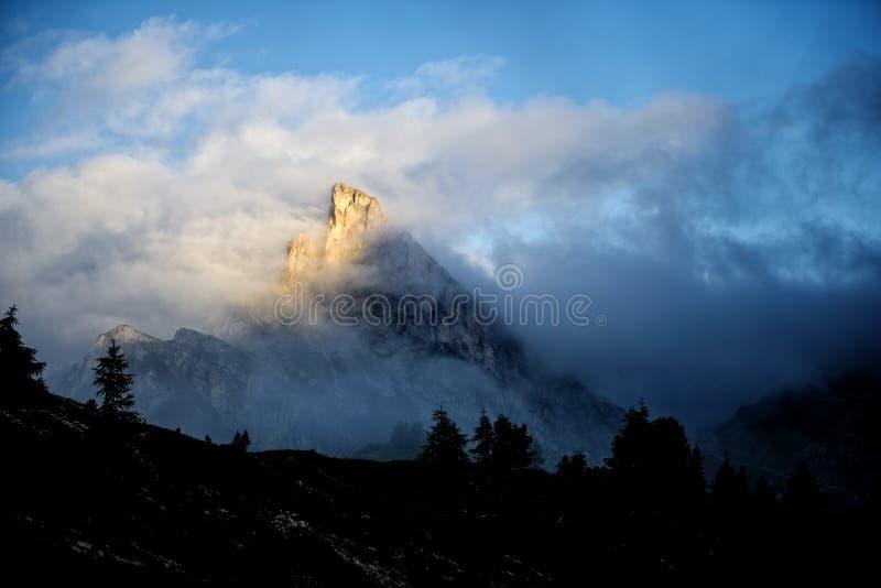 登上Sass de Stria在日出,与云彩的蓝天和雾, Falzarego通行证,白云岩,威尼托,意大利 免版税图库摄影